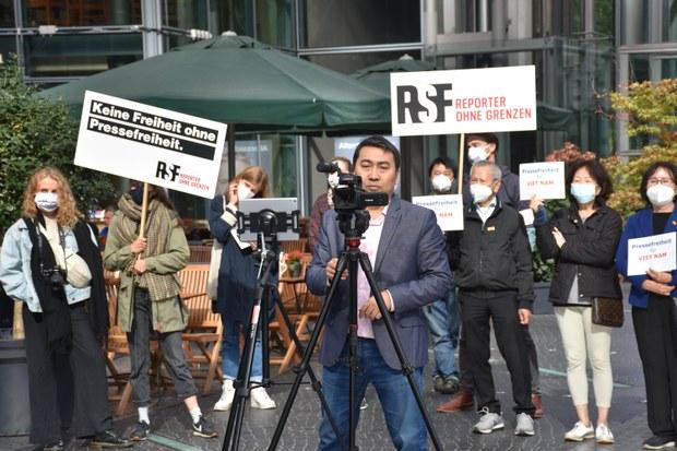 Berlin: Biểu tình cho quyền tự do biểu đạt ở Việt Nam trước trụ sở của Facebook