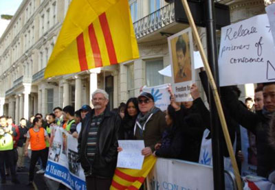 Đại diện Ân Xá Quốc Tế và đại diện Công Đoàn Tự Do tham dự biểu tình trước đại sứ quán Việt Nam tại London sáng 11/12/2016.
