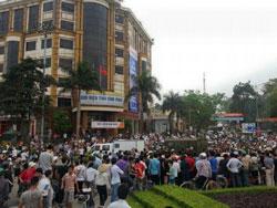 Ít nhất 1.000 người đem quan tài người chết biểu tình vào ngày hôm qua 17 tháng 3 tại thành phố Vĩnh Yên tỉnh Vĩnh Phúc. Photo courtesy of TTXVA.