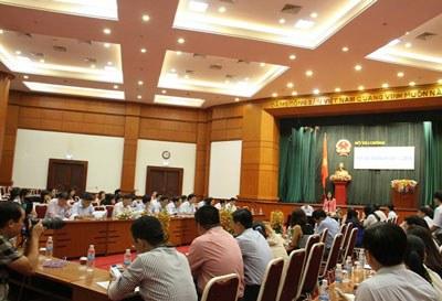 Trong cuộc họp báo chiều 1/10/2015 tại Hà Nội, Thứ trưởng Tài chính Vũ Thị Mai khẳng định thẩm quyền công bố số liệu nợ công thuộc về Bộ Tài chính và Bộ này tính toán nợ công quốc gia theo qui định hiện hành. Courtesy mof.gov.vn