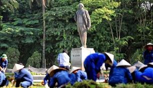 Công nhân đang làm cỏ bồn hoa ở công viên Lenin, Hà Nội.