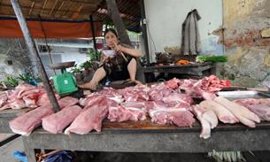 Một quày bán thịt heo ở Hà Nội. AFP