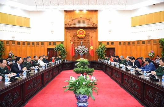 Thủ tướng Việt Nam Nguyễn Xuân Phúc làm việc với đoàn đại biểu Quân ủy Trung ương Trung Quốc tại trụ sở Chính phủ ở Hà Nội ngày 18/6.