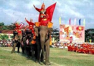 Tái hiện hình ảnh Vua Quang Trung cưỡi voi vào thành Thăng Long sau chiến thắng Ngọc Hồi - Đống Đa tại Lễ hội kỷ niệm chiến thắng Ngọc Hồi - Đống Đa.