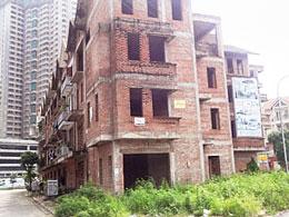 Một công trình xây dựng bị tạm ngưng ở Hà Nội, ảnh chụp hôm 28-07-2012. RFA