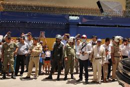 Người dân tụ tập trước phiên tòa kêu gọi trả tự do cho ông Mam Sonando. Photos: Quốc Việt/RFA