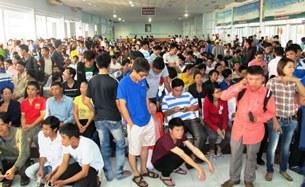 Cả ngàn người chờ phát số thứ tự vào khuya nay tại nhà ga  - Ảnh: Cẩm Nhi