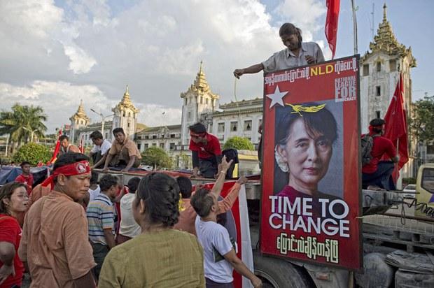 Đã đến lúc phải thay đổi - khẩu hiệu trên các xe của đảng đối lập Liên Đoàn Toàn Quốc Đấu Tranh Cho Dân Chủ do bà Aung San Suu Kyi lãnh đạo (NLD)