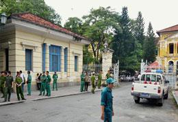 Lực lượng an ninh trước Tòa án Nhân dân TPHCM sáng 24/9/2012, nơi đang diễn ra phiên xử 3 blogger Điếu Cày, Tạ Phong Tần và AnhbaSaigon. AFP