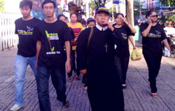 Người dân mặc áo thun với lời kêu gọi trả tự do cho 3 blogger trên đường đến tham dự phiên tòa sáng 24/9/2012. Photo courtesy of danlambao