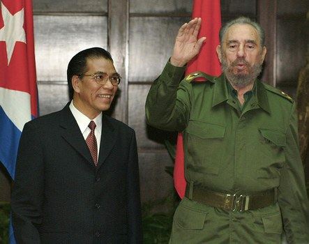 Chủ tịch Fidel Castro (phải) tiếp Nguyên Tổng bí thư Đảng CSVN Nông Đức Mạnh tại Havana, Cu Ba hôm 6/3/2004.