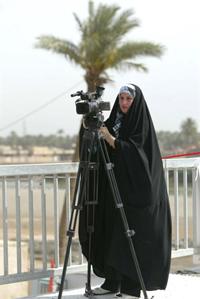 Một nhà báo nữ Iraq đang tác nghiệp. AFP photo