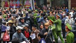 Công an đàn áp người dân xuống đường biểu tình chống Trung Quốc tại Hà Nội hôm 09/12/2012. AFP