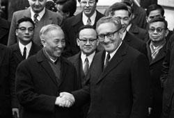 Ông Lê Đức Thọ và Ông Henri Kissinger tại cuộc hòa đàm Paris.