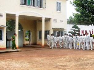 Các phạm nhân xếp hàng nhập trại, sau giờ lao động tại trại giam Xuân Lộc