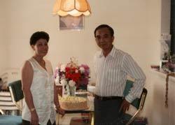 Vợ chồng chị Kim Duyên trong ngày đầu đến Mỹ. Ảnh do chị Duyên gửi RFA.