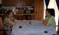 Chị Ngọc Diệp (trái) trò chuyện cùng thông tín viên Hiền Vy của RFA. RFA photo