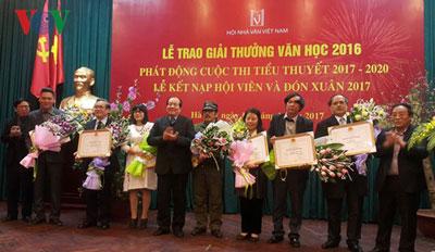 Các tác giả đạt giải thưởng Văn học năm 2016.