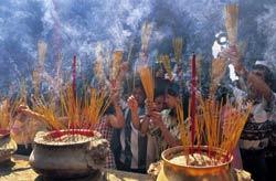 Người dân viếng chùa dịp Tết nguyên đán 2012. AFP photo