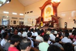 Giáo dân đang dự lễ trong một nhà thờ ở VN. AFP photo