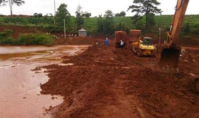 Khắc phục sự cố vụ tràn bùn đỏ xảy ra rạng sáng ngày 8/10/2014 ở nhà máy bauxite Tân Rai, Lâm Đồng. Photo courtesy of NLĐ.