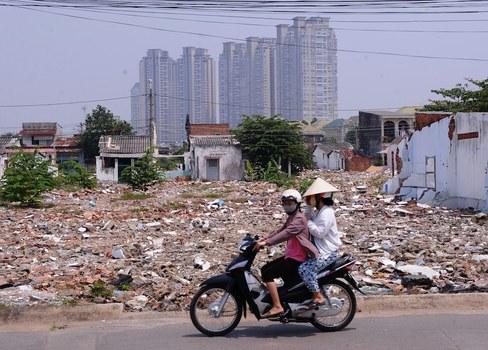 Hình minh hoạ. Những căn nhà bị phá nhường chỗ cho những nhà cao tầng ở TP Hồ Chí Minh