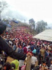 Nhiều ngàn người Hmong theo đạo Tin Lành biểu tình ở Mường Nhé, Điện Biên, tháng 5, 2011.