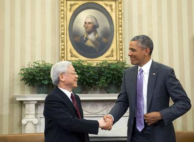 Tổng thống Mỹ Barack Obama và Tổng Bí thư ĐCSVN Nguyễn Phú Trọng bắt tay nhau sau cuộc họp tại Phòng Bầu dục của Nhà Trắng ở Washington, DC, ngày 07 tháng 7 năm 2015. AFP
