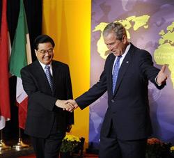 Tổng thống Bush đón tiếp Chủ tịch Trung Quốc Hồ Cẩm Đào đến tham dự Hội nghị Thượng đỉnh G-20 tại Washington hôm 15-11-2008.