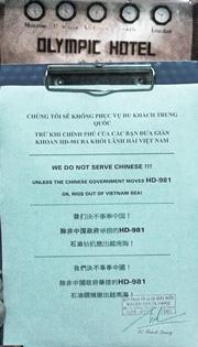 Thông báo từ chối khách Trung Quốc được dán tại một khách sạn 3 sao ở Nha Trang được dịch ra 4 ngôn ngữ. (vietdesigner/ĐSPL)