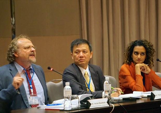 Tiến sĩ Heiner Beilefeldt, báo cáo viên đặc biệt Liên hiệp quốc về Tự do Tôn giáo- Tín ngưỡng (bên trái) và Tiến sĩ Nguyễn Đình Thắng, tổng giám đốc kiêm chủ tịch BPSOS (giữa) phát biểu tại Hội Nghị ngày 1 tháng 10, 2015