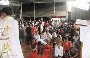 Các giáo dân tập họp ăn tân gia ở trong nhà ông Nguyễn Văn Vị và dâng lễ cầu bình an cho gia đình ông này.