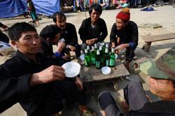 Những người đàn ông bộ tộc H'mông phía Bắc tỉnh Hà Giang tụ tập uống bia hôm 08/3/2012. AFP photo