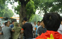Công an chìm bắt những người biểu tình chống TQ tại Hà Nội sáng 21-08-2011. Courtesy Danlambao.