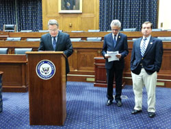 """Dân biểu Chris Smith phát biểu tại buổi đệ trình lên Quốc Hội bản dự thảo """"Đạo luật Nhân Quyền VN năm 2013"""" ở tòa nhà Hạ viện Rayburn hôm 8/5. RFA PHOTO."""