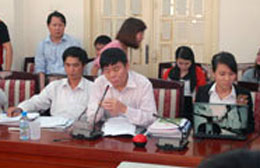 Luật sư Trần Vũ Hải tại buổi gặp gỡ giữa GS Đặng Hùng Võ, nguyên thứ trưởng Bộ Tài Nguyên Môi Trường và nông dân Văn Giang, chiều 8/11, tại Hội trường cũ của Bộ. Courtesy Infonet.