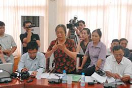 Một nông dân Văn Giang phát biểu tại buổi gặp gỡ GS Đặng Hùng Võ, nguyên thứ trưởng Bộ Tài Nguyên Môi Trường, chiều 8/11, tại Hội trường cũ của Bộ.