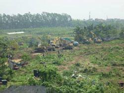 Công an đưa xe ủi đến cưỡng chế đất ở Văn Giang hôm 24/4/2012. Photo courtesy of XuanDienBlog.