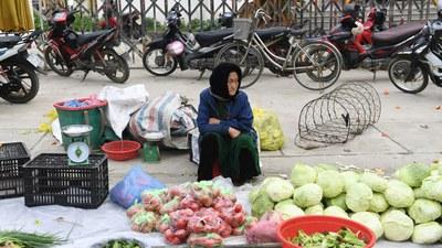 Một người bán rau tại chợ ở huyện Mèo Vạc, tỉnh Hà Giang, Việt Nam vào ngày 21 tháng 2 năm 2021.