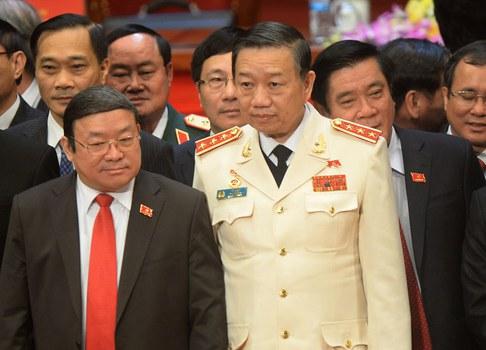 Thượng tướng Tô Lâm, Bộ trưởng Bộ Công an Việt Nam, bộ đồ trắng đứng giữa.