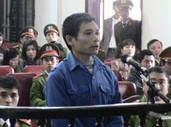 Mục sư Nguyễn Trung Tôn tại phiên xử ở Tòa án Nhân dân tỉnh Nghệ An, ngày 29 tháng 12 năm 2011. File photo.