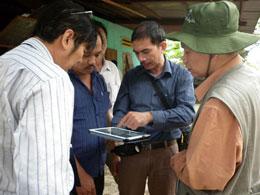 Đoàn khảo sát, nghiên cứu của Viện Khoa học Công nghệ có mặt tại một số nhà dân ở huyện Bắc Trà My để tìm hiểu tiếng nổ lạ trong lòng đất. Photo: Thuy Phuong/nld.com