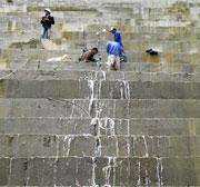 Hiện tượng thấm xuất hiện ở vị trí khe co ở hạ lưu đập như hiện nay là không bình thường.