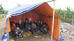 Gia đình chị Thương, Hiền dựng tạm lều bạt trên sàn nhà cũ để ở. Photo courtesy of TTO