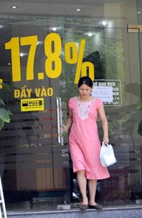 Đồng bạc VN mất giá so với đồng đôla, nhiều ngân hàng thương mại đã liên tục tăng lãi xuất để thu hút vốn. AFP PHOTO