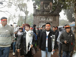 Nữ văn sĩ Võ Thị Hảo cầm trên tay bông hoa trắng, TS. Nguyễn Quang A chít khăn: Nhân Dân Không Quên 17-2-1979. Courtesy of thanhnienconggiao