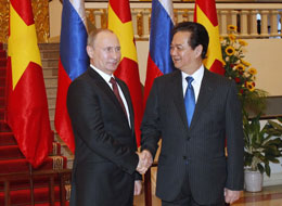 Tổng thống Vladimir Putin (trái) bắt tay với Thủ tướng Việt Nam Nguyễn Tấn Dũng khi họ gặp nhau tại văn phòng nội các của ông Dũng tại Hà Nội ngày 12 Tháng Mười Một 2013.