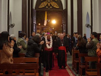 Đức Tổng giám mục Giuse cùng Đức Hồng Y Phêrô tiến vào Nhà Thờ Chính Tòa.