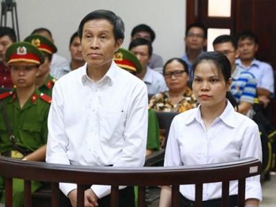 Blogger Anh Ba Sàm cùng cộng sự Nguyễn Thị Minh Thúy tại tòa án Hà Nội hôm 22/9/2016 .