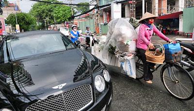 Những chiếc siêu xe bmW, Bentley, Roll-Roys trị giá cả chục tỉ đồng xuất hiện ngày càng nhiều. Nhưng những người buôn thúng, bán bưng còn nhiều hơn. Photo Thuan Thang/TT
